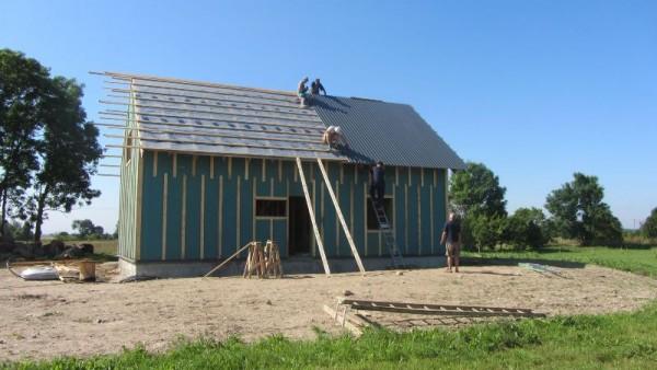 Люди перекрывают крышу