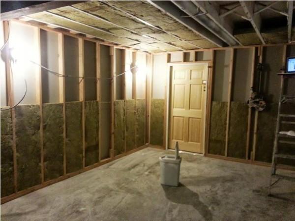Стены комнаты зашиты звукоизоляционным материалом
