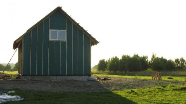 Дом с металлопластиковым окном, вид сзади
