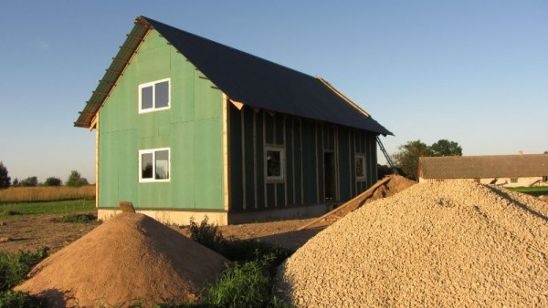 Деревянный дом перекрытый металлической крышей