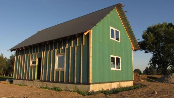 Дом с перекрытой крышей и вставленными окнами