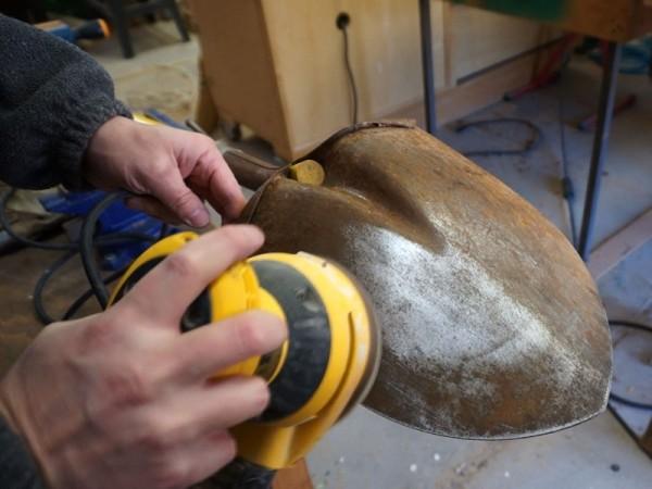 Лопату зачищают шлифовальной машинкой