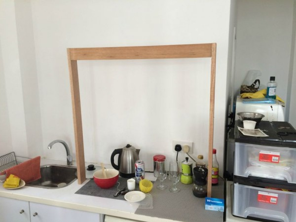 Сбитая рамка на столе в кухне