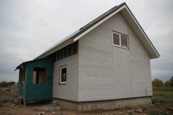Дом с пристроенным зелёным крыльцом