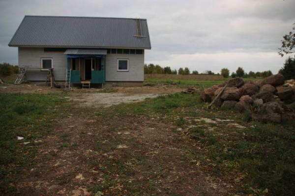 Облицованный дом с крыльцом, вид издали
