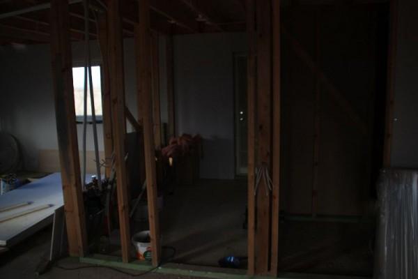 Внутри дома по стенам проложен электрический кабель