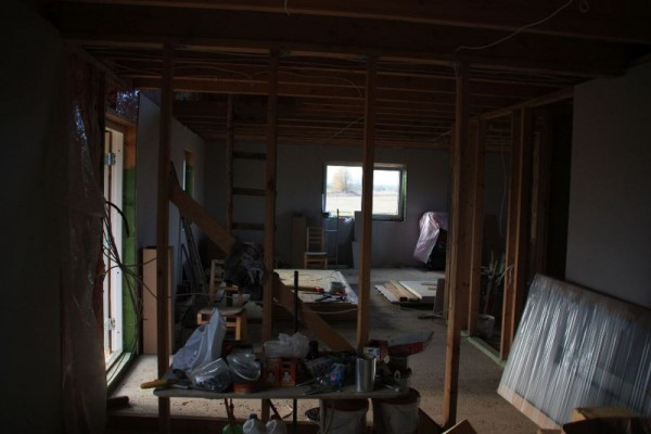 Внутренние стены первого этажа покрываем гипсокартоном