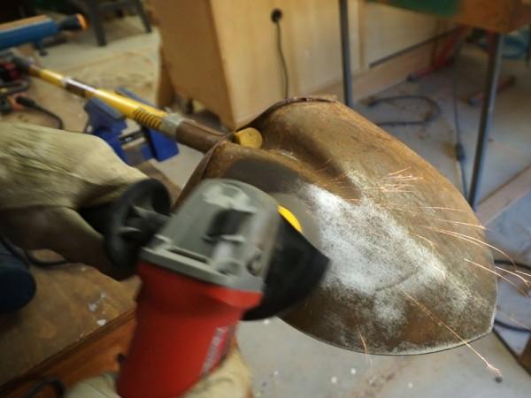 Зачитска лопаты болгаркой с проволочной насадкой
