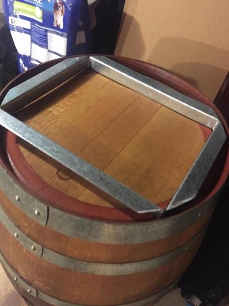 Металлическая рамка для монитора на крышке бочки