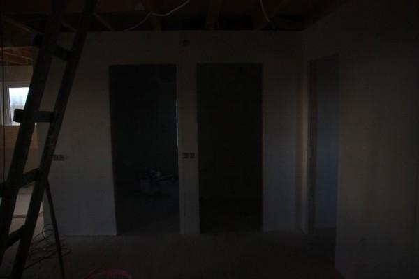 Оштукатуренные стены, вид на двери