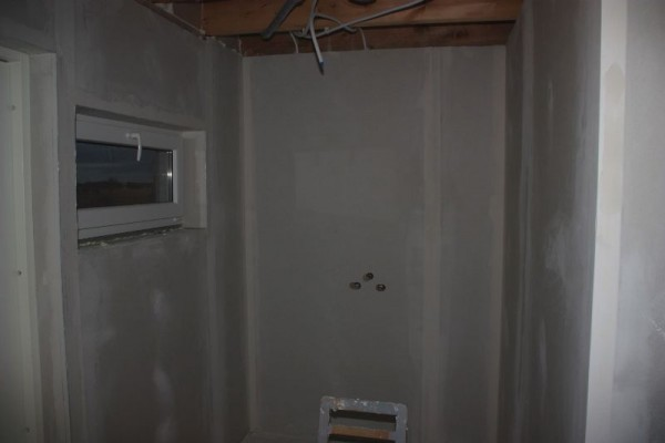 В душевой комнате на стене три отверстия