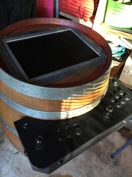 Монитор в металлической рамке