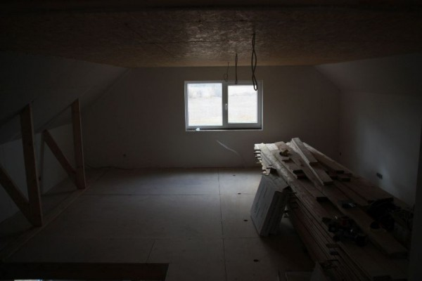 Оштукатуренная комната второго этажа, вид на окно