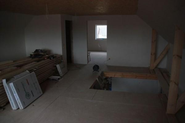 Оштукатуренные стены второго этажа, вид на лестничный проём