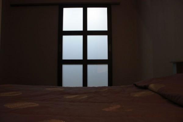 Дверь в гардеробную, вид из спальни