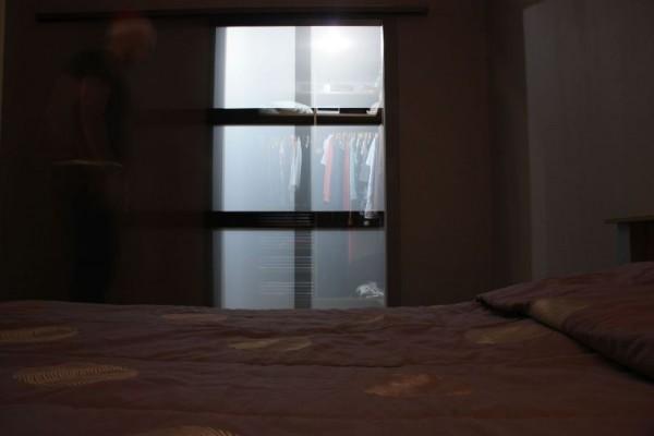 Дверь в гардеробную просвещается