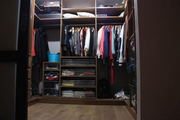 В гардеробе висят вещи