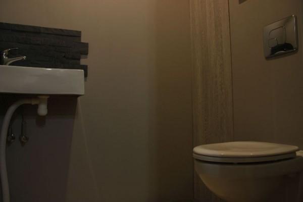 Унитаз и умывальник в туалете