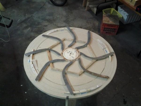 Первый уровень стола с металлическими рычагами