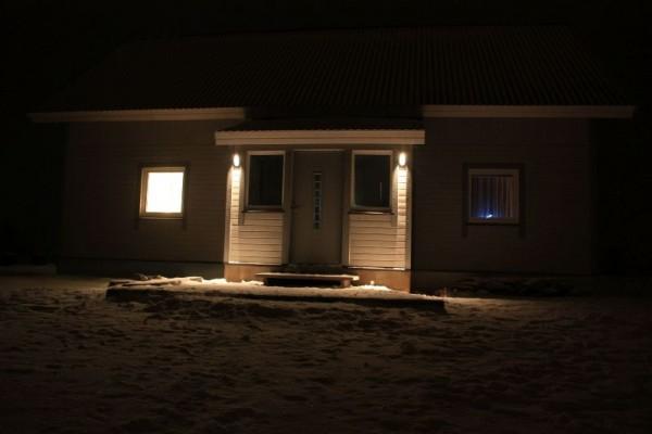 Наружное освещение входа в дом ночью