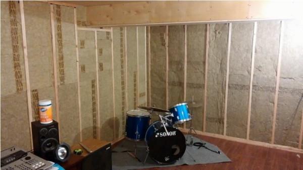В шумоизолированной комнате ударная установка