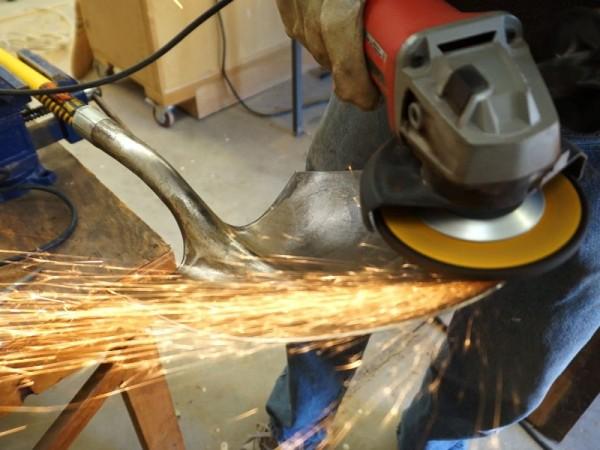 Болгаркой затачивают край лопаты