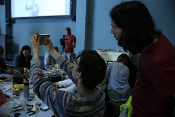 Человек проверяет самодельный фотоаппарат