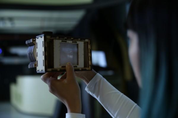 Самодельный фотоаппарат в руках человека
