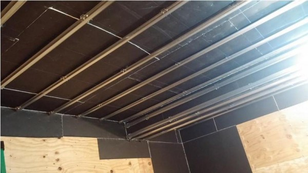 Профиль прикреплённый к потолку