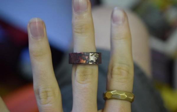 Кольцо на пальце руки