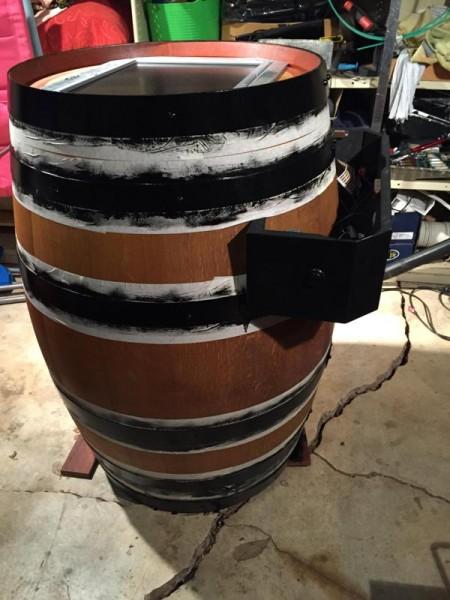 Металлические кольца бочки окрашены в черный цвет