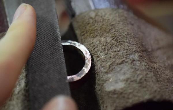 Края кольца обрабатывают напильником