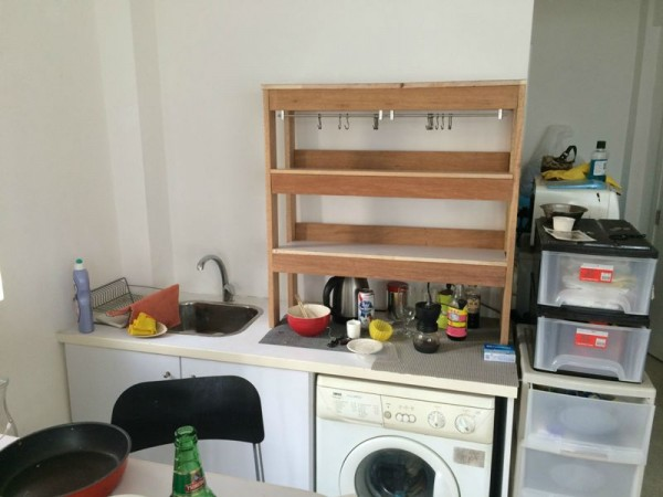 Установленный шкаф на кухне