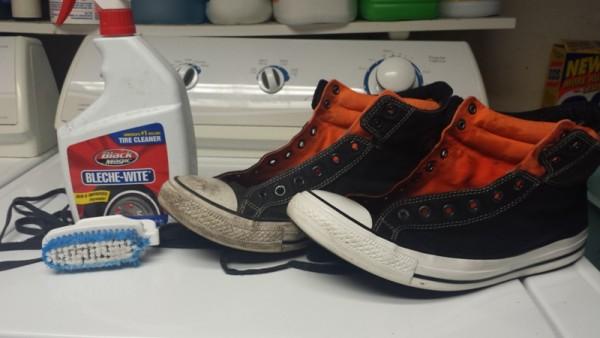 Грязный и чистый кросовок возле бутылки с жидкостью для очистки автомобильных шин