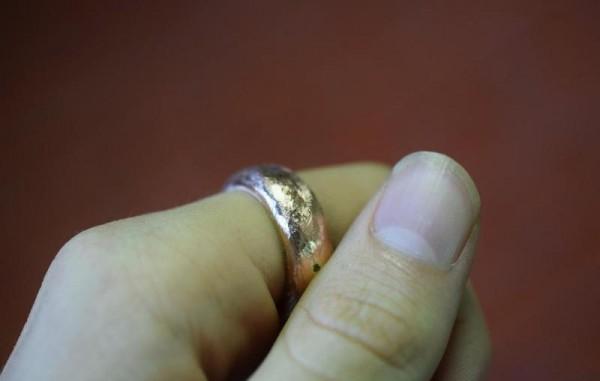 Кольцо на пальце с округлым профилем