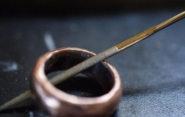Кольцо обрабатывается круглым натфилем