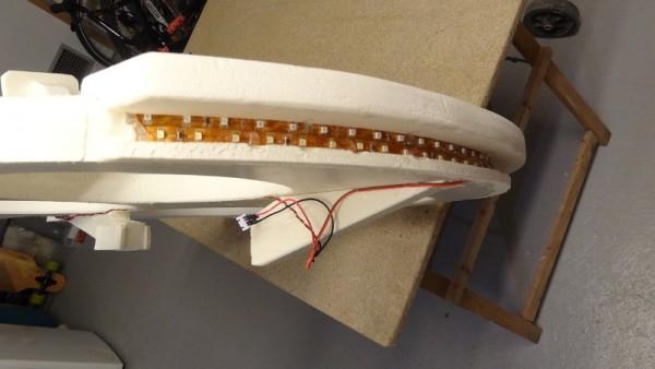 Светодиодная лента в пазу задней части беспилоьника