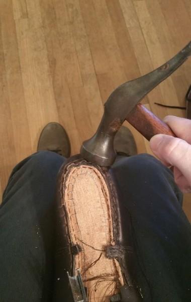 Молотком выравнивают неровности пятки каблука