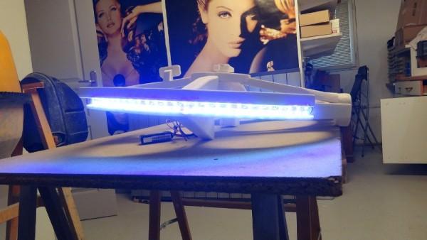 Летательный аппарат с включённым светом, вид сзади