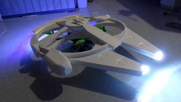 Окрашенный летательный аппарат с включенным светом, вид спереди