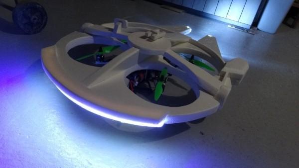 Окрашенный летательный аппарат с включенным светом, вид сзади