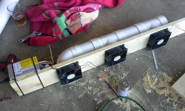 Кдоске прикреплена труба и вентиляторы