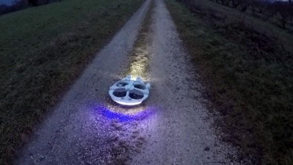 Беспилотник на земле на улице ночью