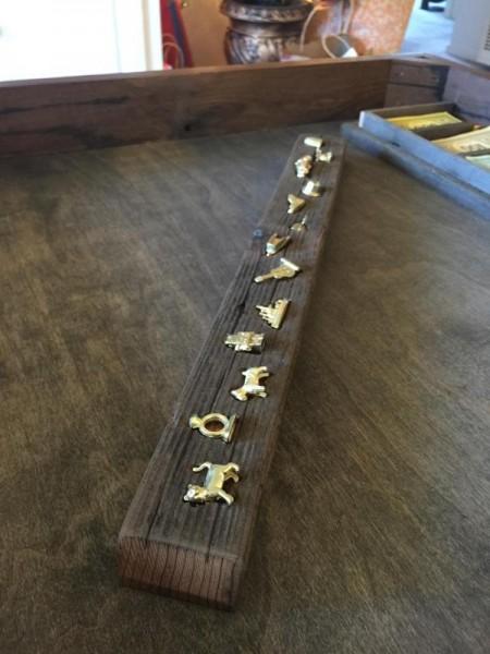 Деревянный брусок с золотистыми фигурками