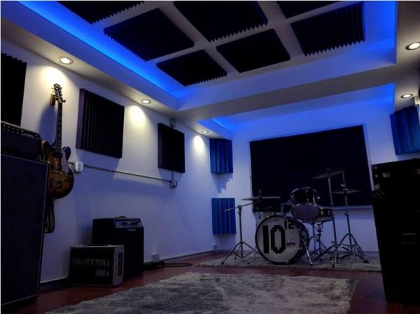 Готовая комната освещённая синим светом
