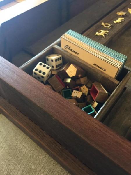 Коробка с костями, карточками и фишками