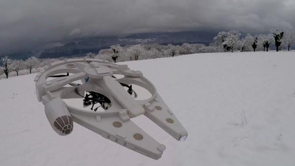 Беспилотник летит на улице зимой