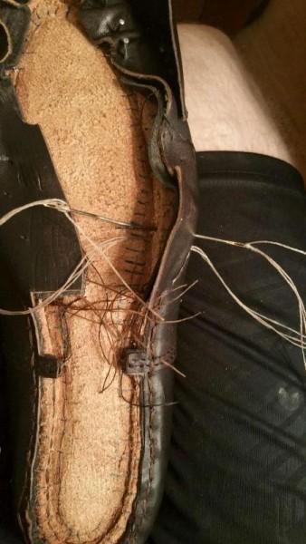Носок прошивается двумя изогнутыми иглами