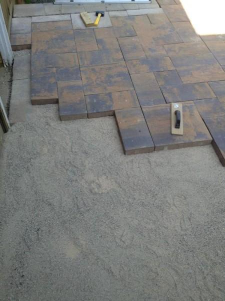Резиновый молоток на тротуарной плитке