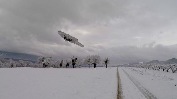Летательный аппарат поворачивает в воздухе